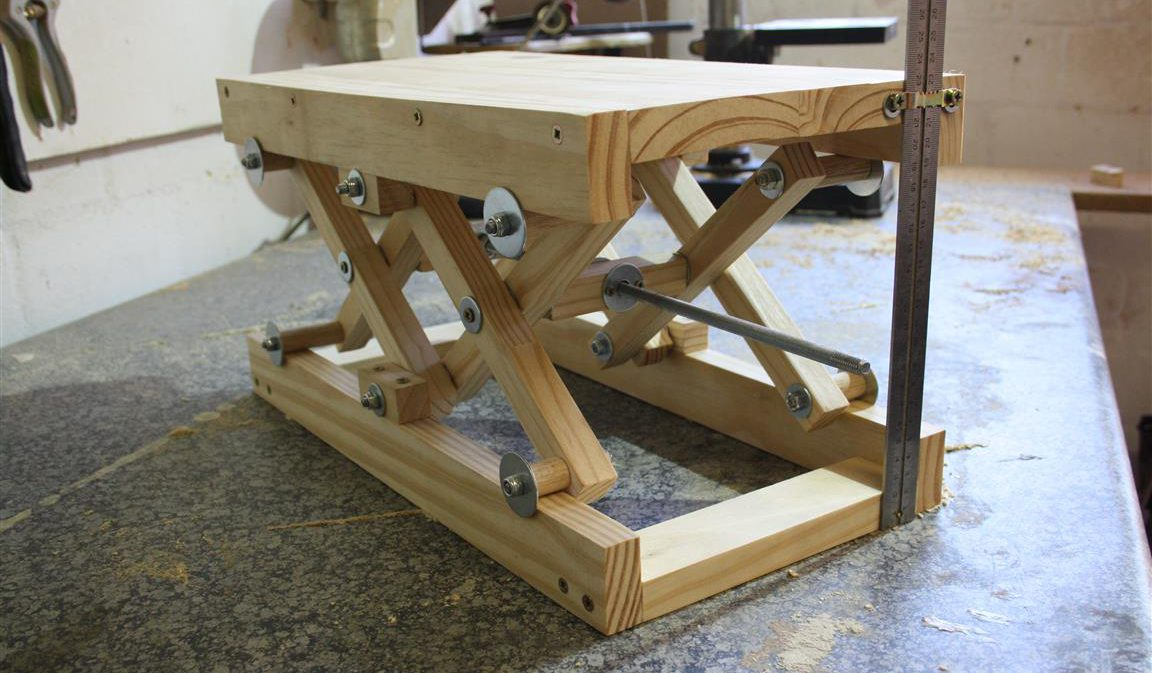 How to make your own diy scissor lift with plans woodwork junkie how to make a diy scissor lift solutioingenieria